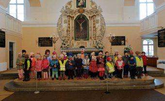 Vystúpenie pre starých rodičov v kostole